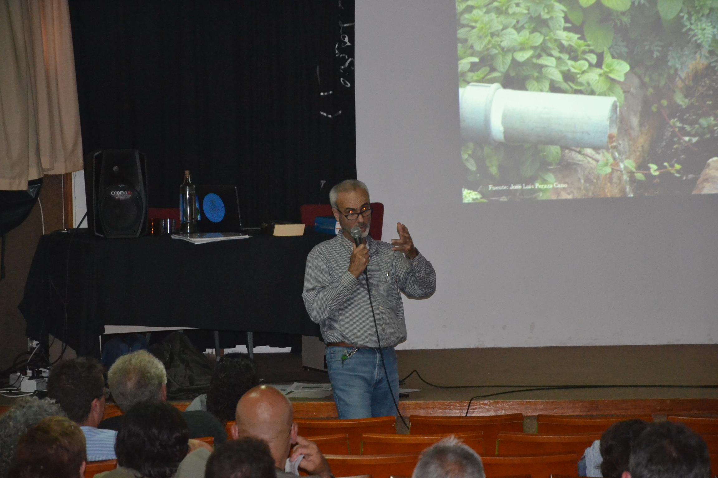 José Luis Peraza en la exposición de su sistema de depuración