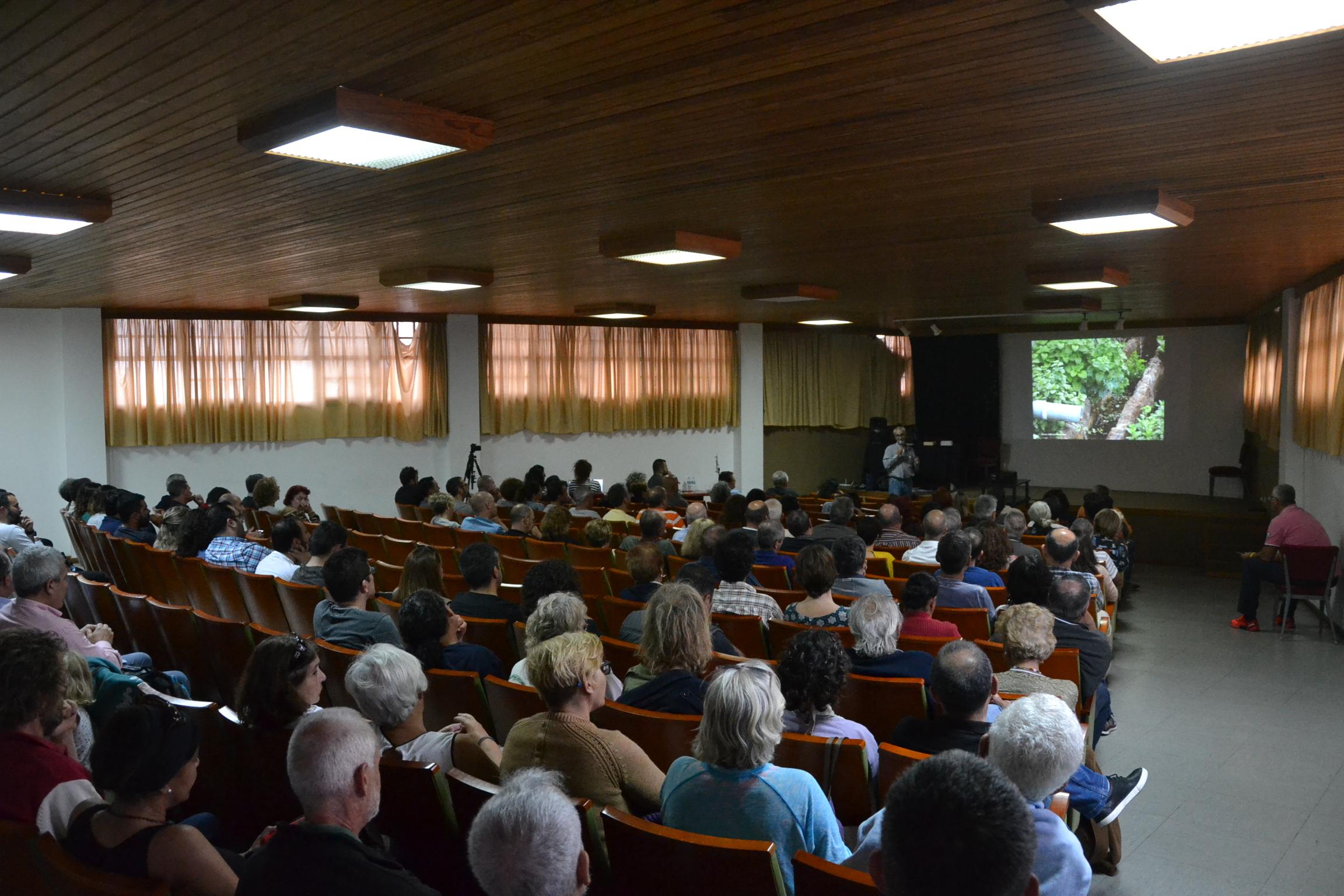 El salón de actos del centro de Salud de la Villa acogió al numeroso público asistente