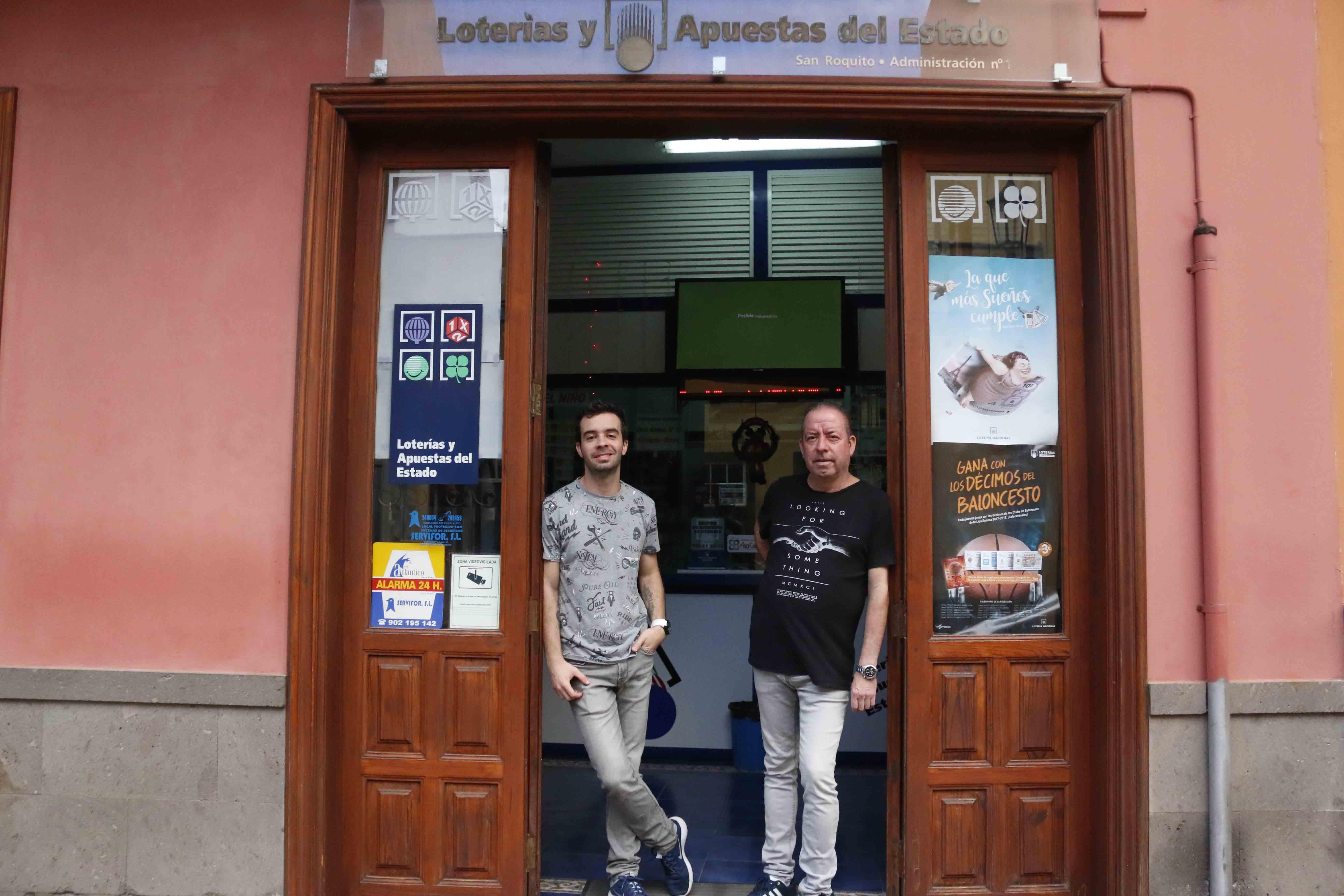 Padre e hijo, Rafael y David Soler, respectivamente; a las puertas de la administración número 1 de Garachico: lotería San Roquito