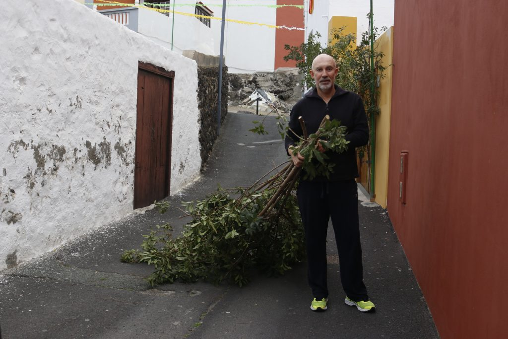 Pepe Rodríguez, vecino de El Volcán y jefe de la Policía Local, colaborando con el enramaje de su barrio
