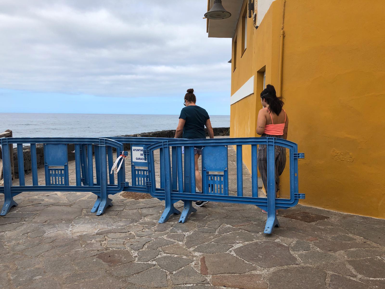 Dos vecinas cruzan la frontera entre Garachico y Los Silos en La Caleta de Interián