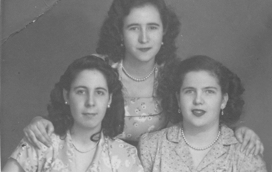 Imagen de las tres hijas de Manuel González Abreu: Marta (i), María del Carmen (d) y María de los Ángeles (detrás)